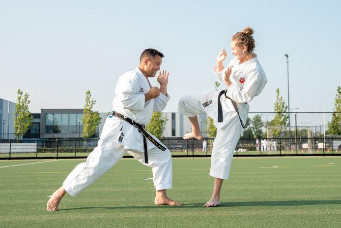 Sam van Oosten (r) is de eerste leerling van Dennis Molendijk (l) die de zwarte band karate heeft gehaald.