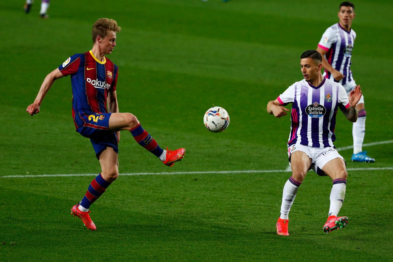 Frenkie de Jong in duel met Javi Sánchez (Real Valladolid).