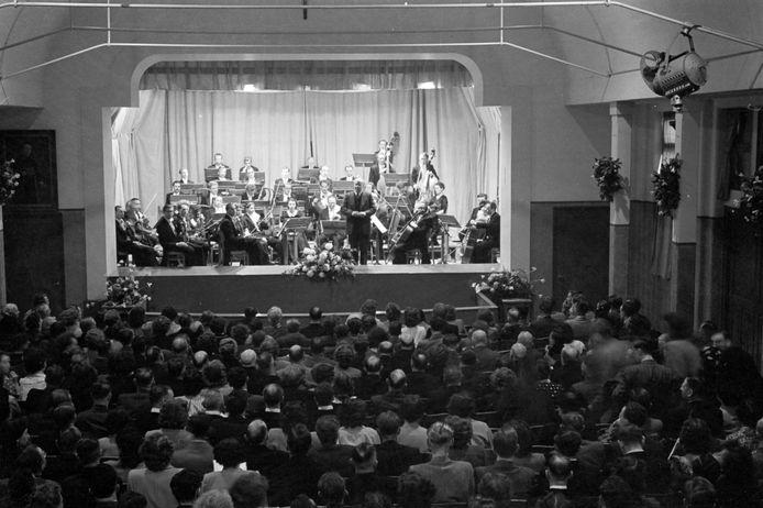 Hein Jordans staat op 26 mei 1950 voor Het Brabants Orkest in het Bondsgebouw in Oss.