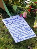 Complotdenkers leggen bloemen en een boodschap aan de burgemeester bij de begraafplaats in Bodegraven.