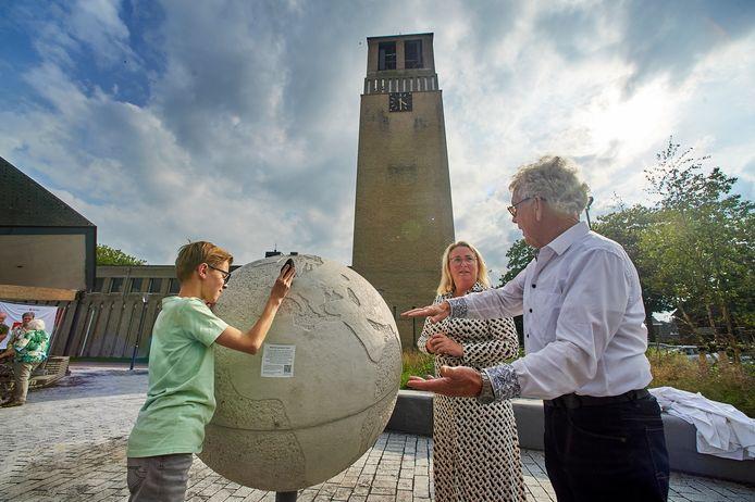 Het vernieuwde Terraveenplein in Odiliapeel  is een monument rijker dat herinnert aan de zeer zeldzame meteorietinslag van 1840. Op de foto architect Anton Valks en wethouder Ingrid Verkuijlen.  Links mede-onthuller Lenn van Schadewijk.