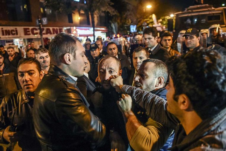 De politie worstelt met journalisten tijdens een demonstratie in Istanbul tegen de beperkingen van de persvrijheid. Beeld afp