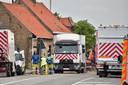 Arbeiders van Fluvius aan de slag na het gaslek op het kruispunt van de Brugseweg met de Zonnebeekseweg in Langemark.