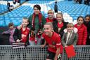Jackie Groenen nam na de verloren derby tegen Manchester City (1-0) alle tijd voor de fans in het Etihad Stadium.
