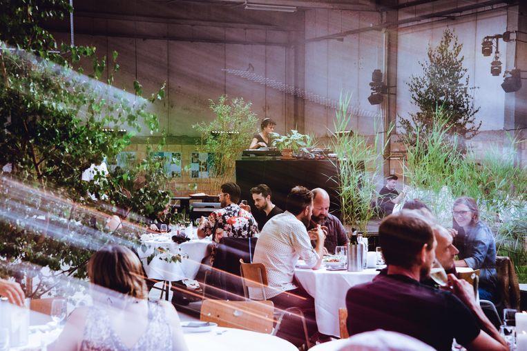 In zijn zomerbar op de Asiat-site in Vilvoorde serveert Horst een driegangenmenu, gekoppeld aan dj-sets en performances. Beeld Francis Vanhee