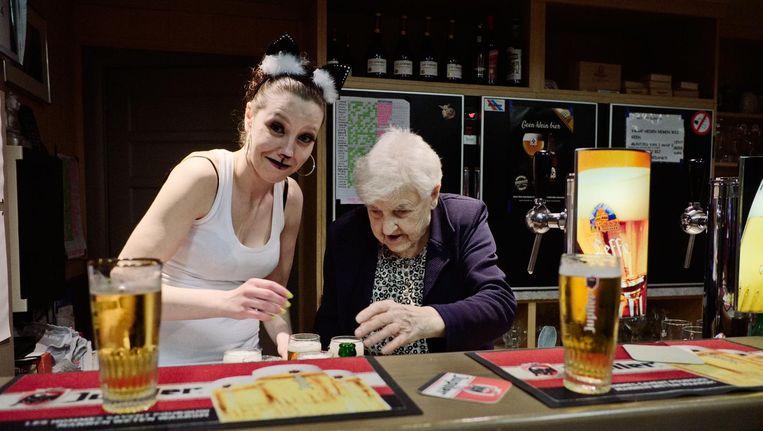 Achter de tap Julia (rechts), in het café dat ze in 1968 met haar man overnam. Sinds zijn overlijden, bijna 35 jaar geleden, zwaait ze er alleen de scepter. Beeld