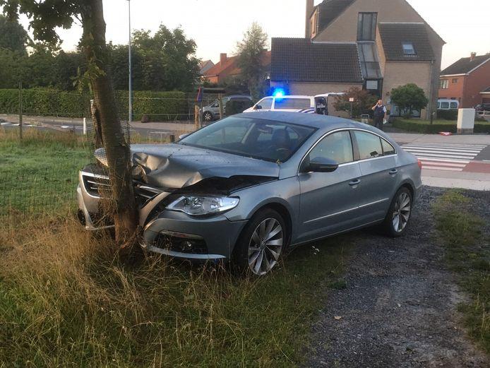 De bestuurster belandde met haar Volkswagen tegen een boom aan de overkant van de weg.