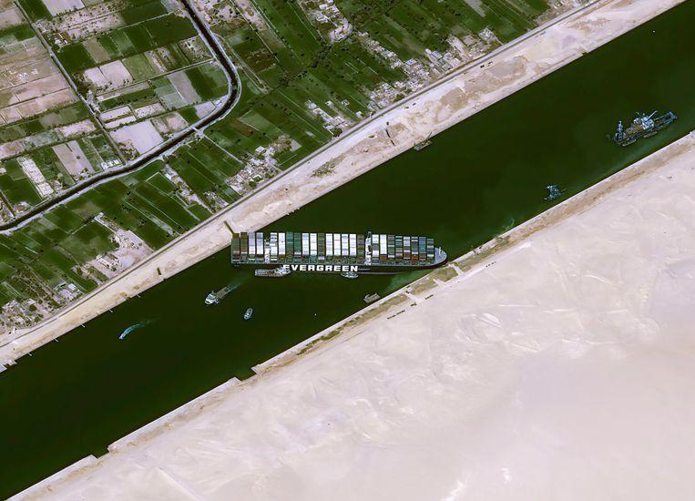 Satellietbeelden van het geblokkeerde Suezkanaal. Beeld AP