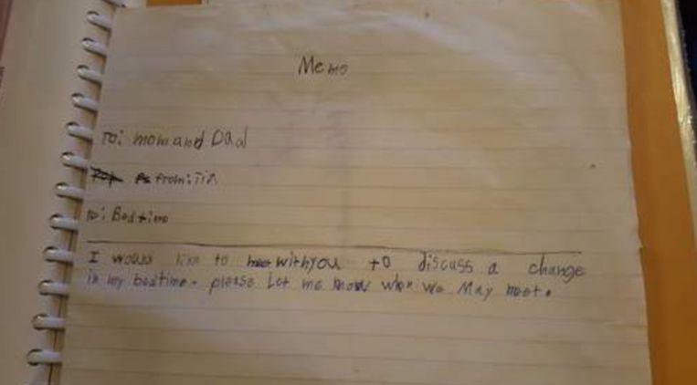 Dochter schrijft grappig briefje aan ouders om bedtijd te bespreken