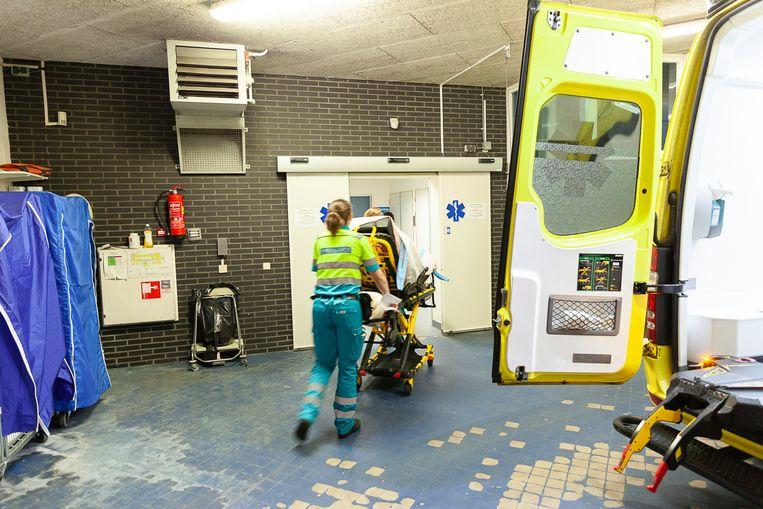 De ambulance komt aan bij de zogehete ambu-sluis van de Spoedeisende Hulp van het Wilhelmina Ziekenhuis in Assen. Beeld Harry Cock/ de Volkskrant