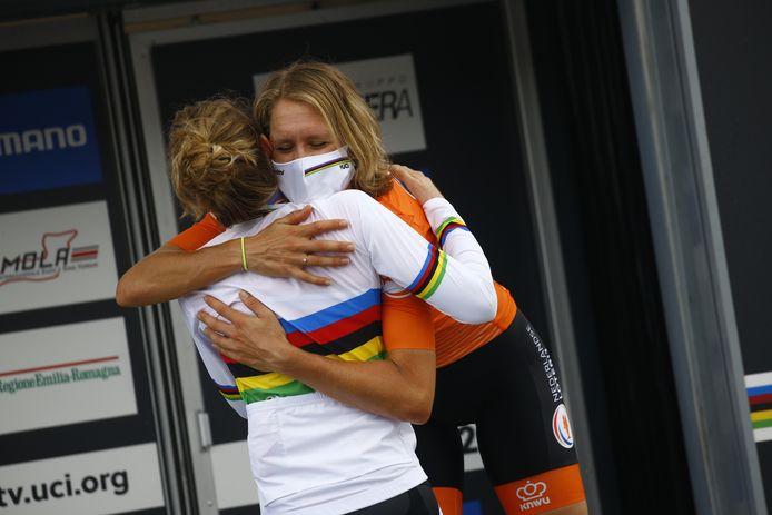 Ellen van Dijk omhelst Anna van der Breggen.