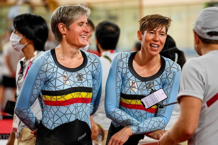 Baanwielrenster Griet Hoet (r.) en pilote Anneleen Monsieur (l.) hebben donderdag voor de eerste Belgische medaille gezorgd op de Paralympische Spelen in Tokio. Beeld BELGA