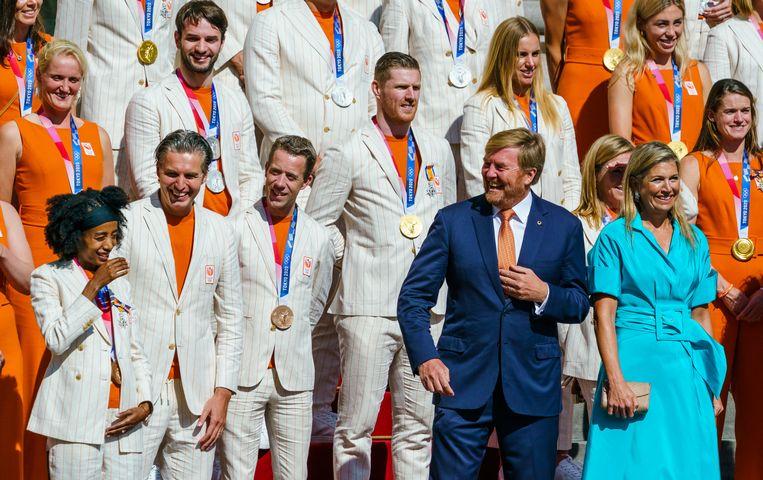 Koning Willem-Alexander heeft een onderonsje met winnares Sifan Hassan. Beeld ANP