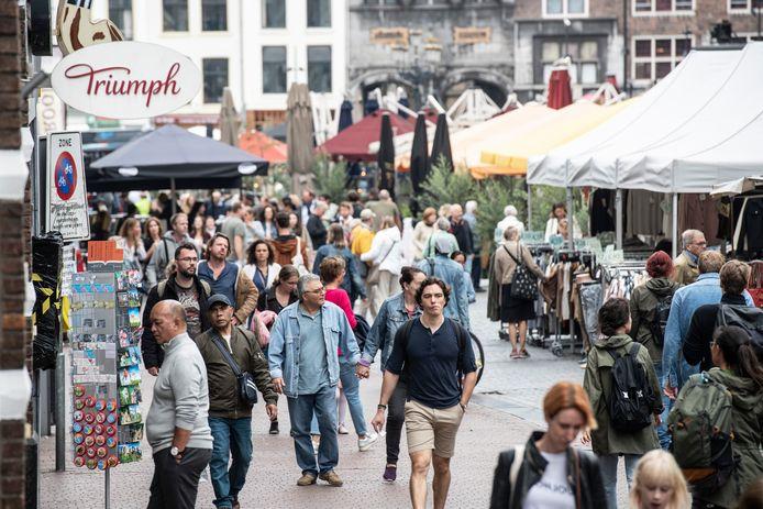 De eerste zaterdag zonder de 1,5-meter-regel: drukste in de Nijmeegse Burchtstraat.