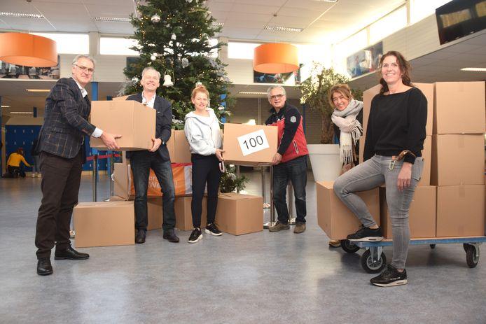 Nog enkele voedselpakketten voor Quiet staan op het Mill Hill College klaar voor transport. Van links naar rechts: Ard van Aken (Rector Mill Hill College), Ralf Embrechts (Quiet Tilburg), Sabine van Heesch (docent), Eric Rugebregt (Quiet Tilburg), Esther Croes (Quiet Tilburg) en Froukje Engbersen (Mill Hill).