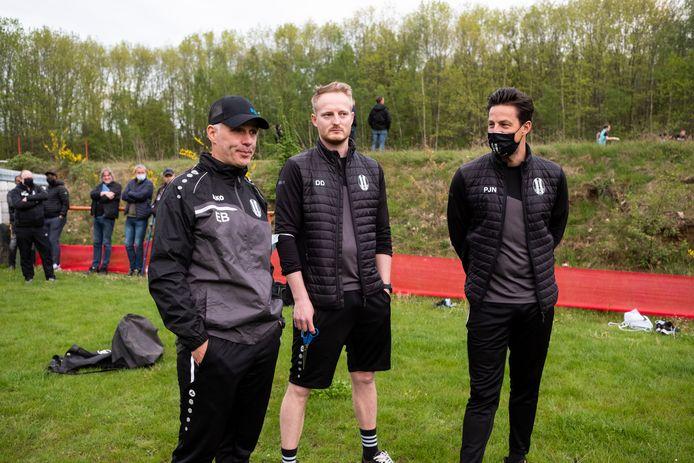 Coach Eddy Bokken (l.) met zijn assistenten op de eerste training van KFC Diest.