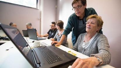 Ouderen delen computerervaringen in multimediacafé
