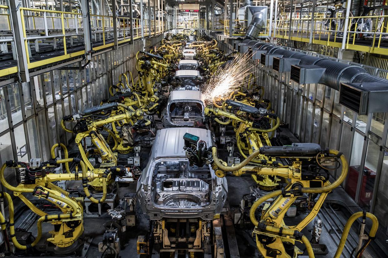 De auto-industrie zorgde ooit voor enorme banengroei. Nu lassen robotarmen auto-onderdelen aan elkaar, zoals hier bij Kia Motors in Slowakije. Beeld Getty