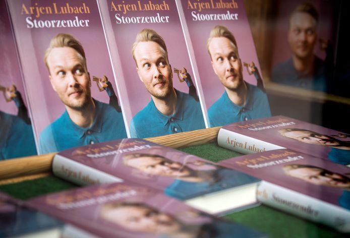 Het boek Stoorzender van Arjen Lubach is deze week nieuw op nummer twee binnengekomen in de Bestseller 60.