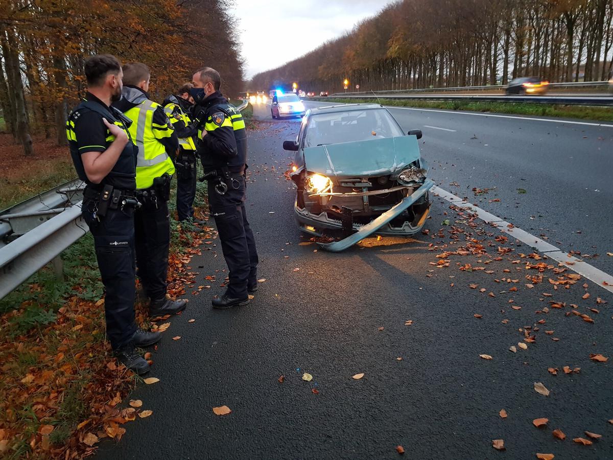 De zwaar beschadigde auto op de A18.