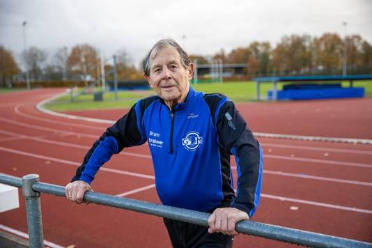 Bram Flierman op de atletiekbaan in Best. Hij is al de op een na snelste 85-plusser op de 100 meter sprint.