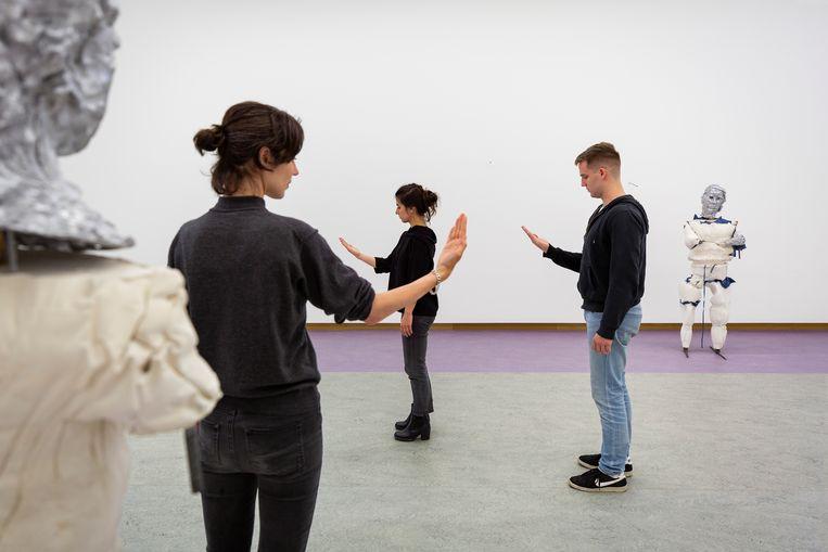Sander Breure & Witte van Hulzen, Accidents Waiting to Happen, installatie, sculptuur, video, performance, 2019.  Beeld Daniel Nicolas
