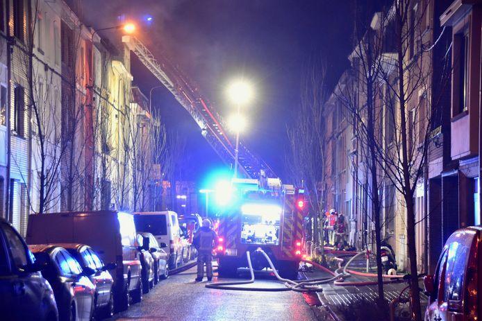 De omgeving van de brand werd urenlang hermetisch afgesloten, zo'n vijftig buurtbewoners kregen opvang in het politiecommissariaat.