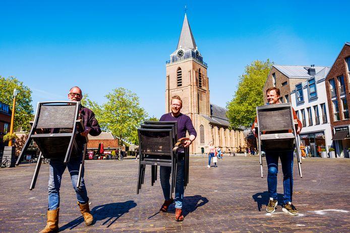 Ed Breuren, Martijn Gerits en Pike Uittenbogaard kunnen straks, net als vorig jaar, weer sjouwen met de stoeltjes voor de terrassen op het Kerkplein in Woerden.