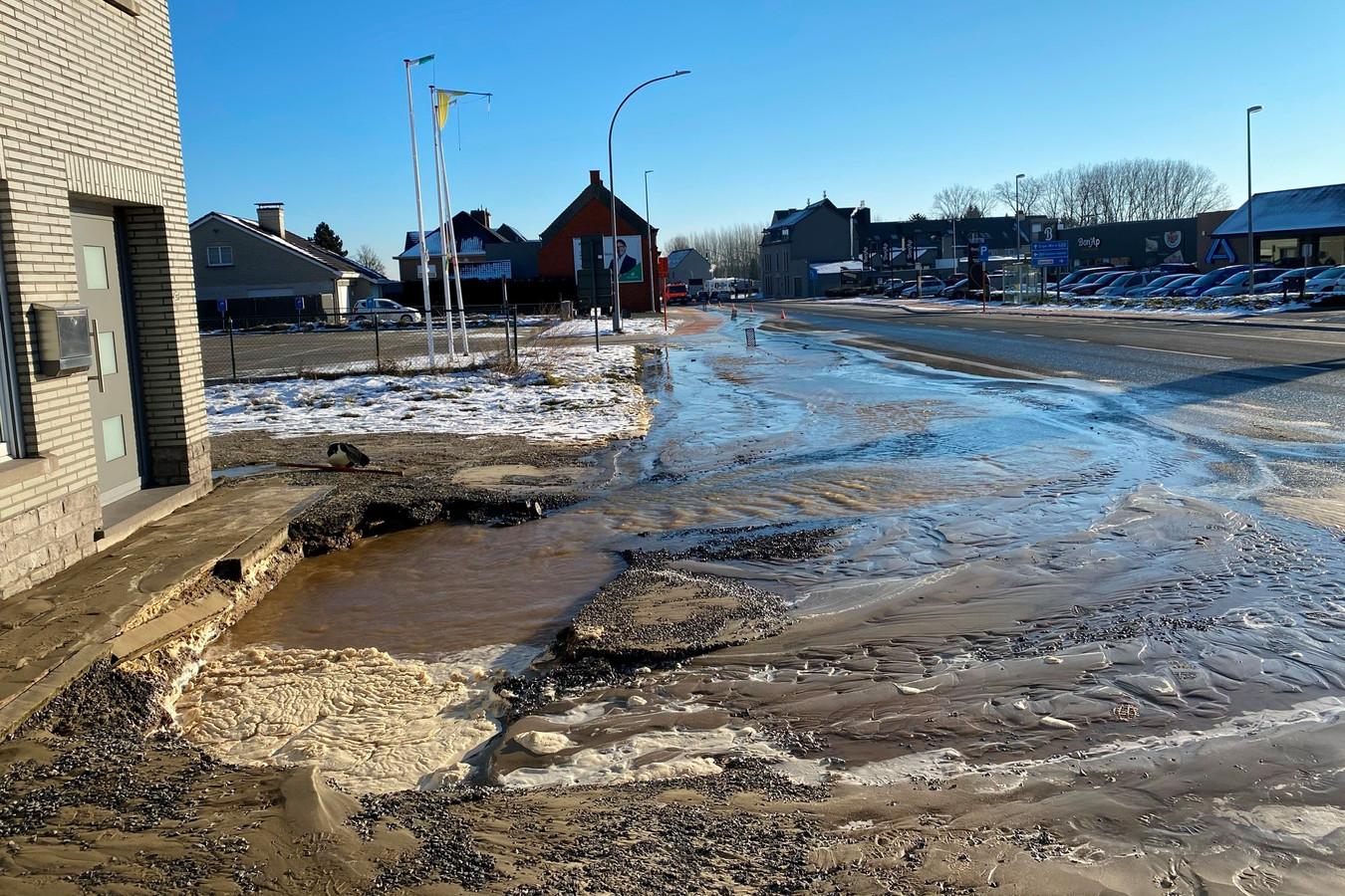 Door het waterlek naast het vroegere gebouw van Brantano stroomden duizenden liters water op straat.