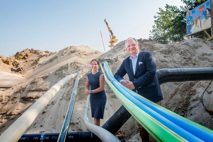 Directeur Erik Kerssies (r) van Bouw & Infrapark Harderwijk en Andrea Wullink (l) van het Soma College in het Living Lab, een proeftuin voor nieuwe uitvindingen in de bouw. Het is opgezet samen met Universiteit Twente en andere partners om te zoeken naar methodes om graafschade aan kabels te voorkomen.