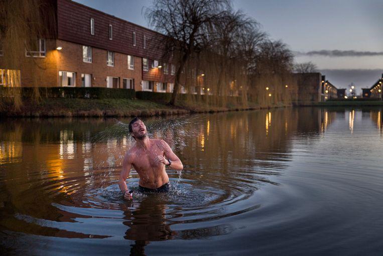 Michiel van Vugt neemt zijn dagelijkse ochtendduik in de Berkelse Plas.  Beeld Arie Kievit