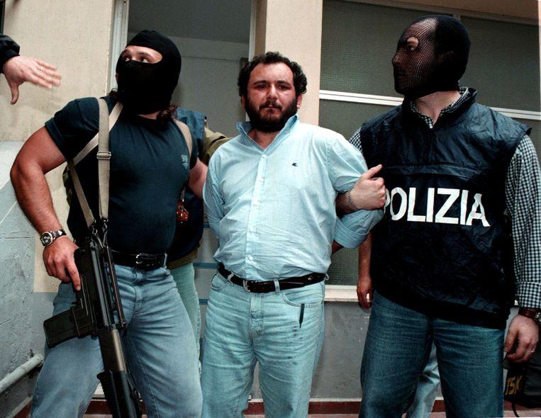 Maffialid Giovanni Brusca in 1996 na zijn arrestatie voor de moord op onderzoeksrechter Giovanni Falcone. Beeld Tony Gentile / Reuters
