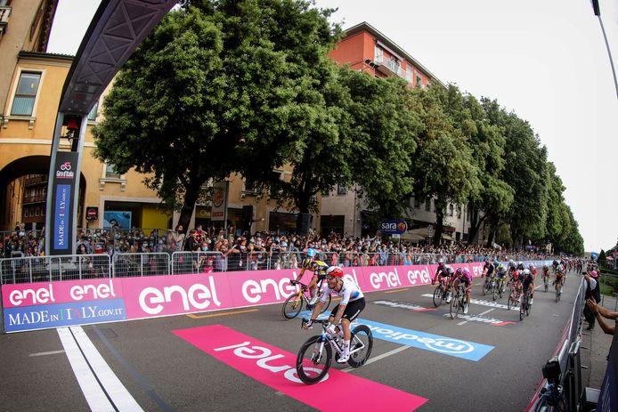 Giacomo Nizzolo komt als eerste over de finish.