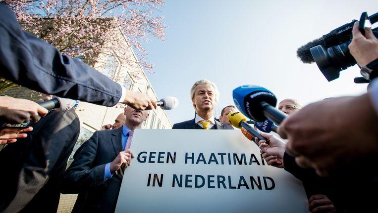 De media hebben zich op PVV-leider Geert Wilders gestort die demonstreert tegen een islamitische conferentie, georganiseerd door Stichting AlFitrah. Volgens de PVV komen daar radicale moslims prediken. Beeld anp