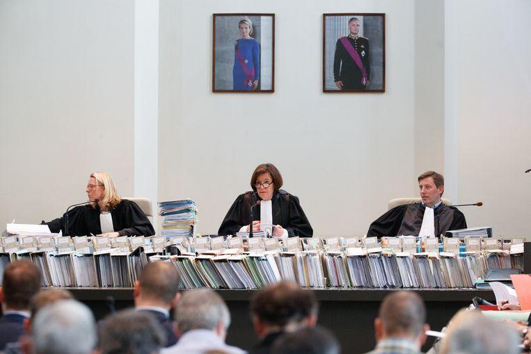 De rechtbank, met voor zich de 68.000 pagina's tellende dossiers. Beeld BELGA