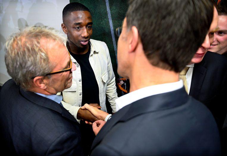 Ahmad Mendes Moreira schudt premier Rutte de hand na afloop van een overleg tussen KNVB en politiek, 2019. Beeld Klaas Jan van der Weij / de Volkskrant