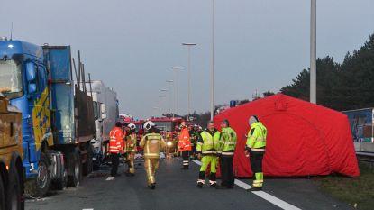 E19 urenlang versperd na crash met twee doden