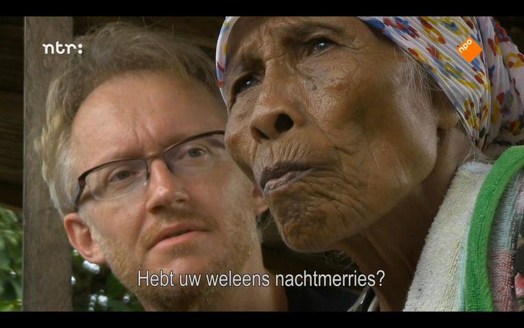 David Van Reybrouck spreekt een oude Molukse vrouw. Beeld