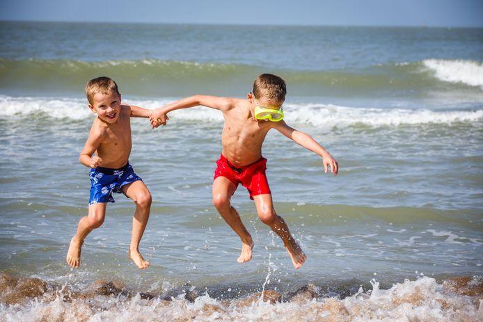Geniet u ook nog van de nazomer, zoals deze twee kinderen afgelopen weekend in Oostende?