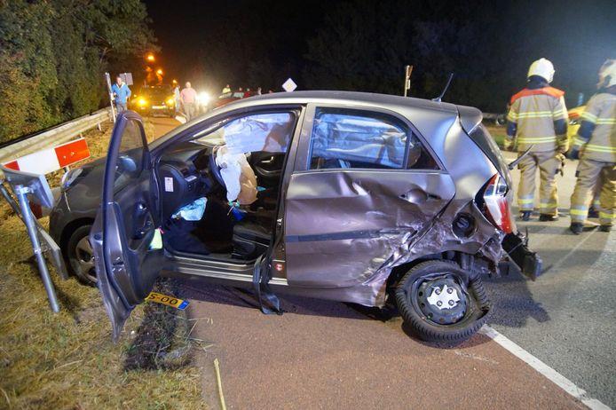 Twee bestuurders zijn dinsdagavond rond 20.45 uur gewond geraakt bij een botsing op de Elshoutseweg in Oudheusden.
