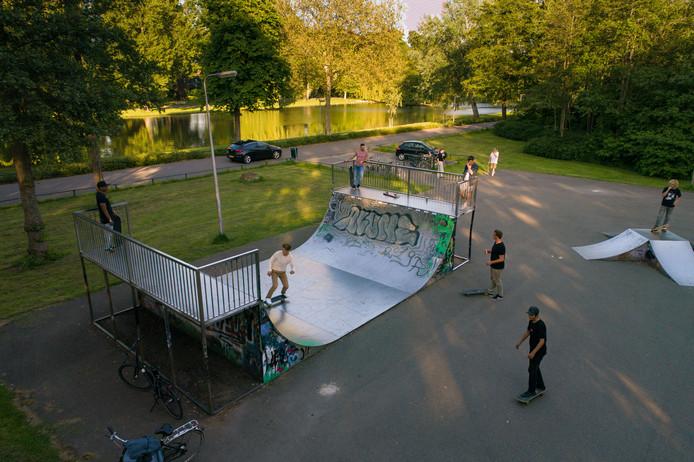 Skaters in Kampen zijn blij. Zij krijgen een nieuwe skatebaan op een andere plek in het stadspark.