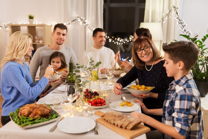 Familie viert feestdagen met uitgebreid diner, foto ter illustratie