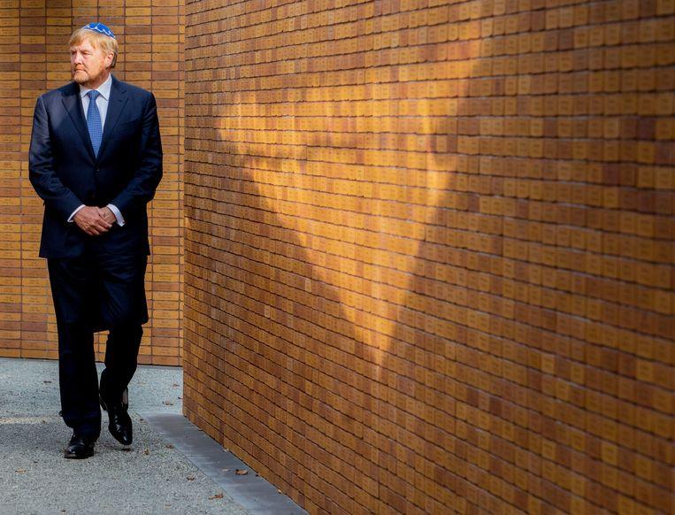 Koning Willem-Alexander onthult het Nationaal Holocaust Namenmonument in Amsterdam. Beeld Brunopress