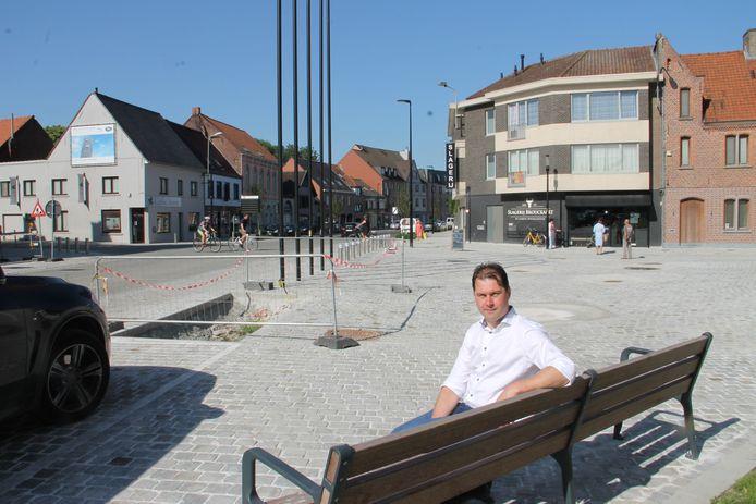 Schepen van Openbare Werken en Mobiliteit Olivier De Marez (Oostrozebeke.nu) aan de vernieuwde dorpskern van Oostrozebeke.
