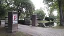 Gemeentehuis, P2 en Van Waarde zijn de namen op de poort van het slot in Rossum.