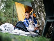 Dakloze Donny (41) kampeert met zijn hondje middenin Zevenbergen: 'Ik heb het heel erg koud'
