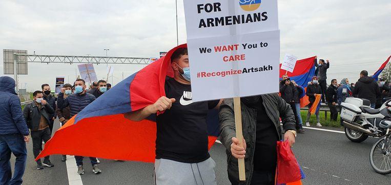 Armeniërs bezetten de snelweg op de E19 in Meer. Beeld Toon Verheijen