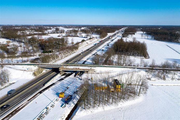 Het streekoduct over de A1 bij het bestaande viaduct aan de Wolvesweg in het Enterse buitengebied, hier eerder deze maand tijdens de sneeuwperiode, is al voor de helft klaar.