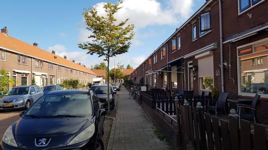Een bewoner van de Lingestraat is opgepakt wegens drugshandel. De woning van waaruit werd gedeald gaat op last van de burgemeester drie maanden op slot. Dat betekent dat de partner van de man en zijn tienerdochter op straat komen te staan.