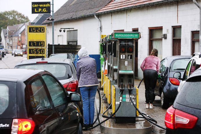 Ook op een doordeweekse ochtend is het druk met Nederlanders bij de tankstations in Baarle-Hertog vanwege het grote verschil in benzineprijzen.